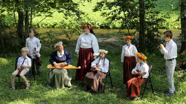 «Rotā saule, rotā bite». Folkloras kopas. Latvijas skolu jaunatnes dziesmu un deju svētku norises
