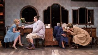 Ciklā «Teātris.zip» – Dailes teātra «Klusā daba ar resno puisēnu»